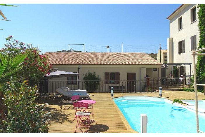 piscine chauffée vue sur pavillon francesca