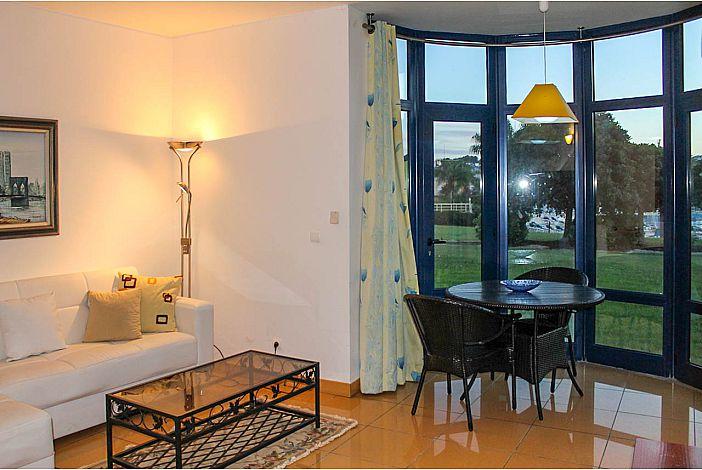 A sala de estar tem luz natural e acesso a varanda