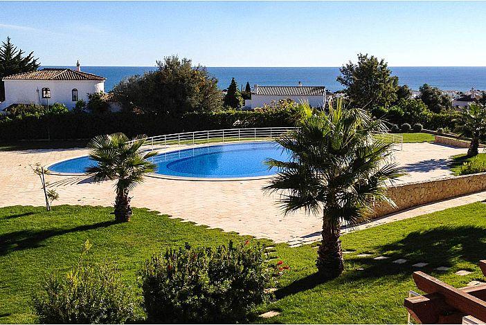 piscina central com jardim relvado