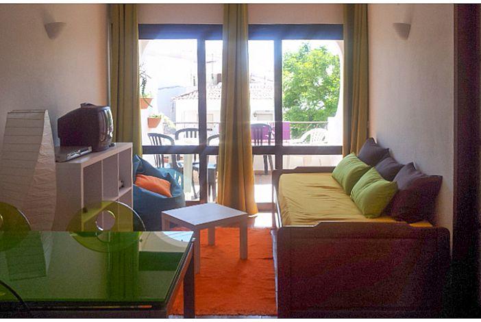 Sala de estar com acesso a varanda