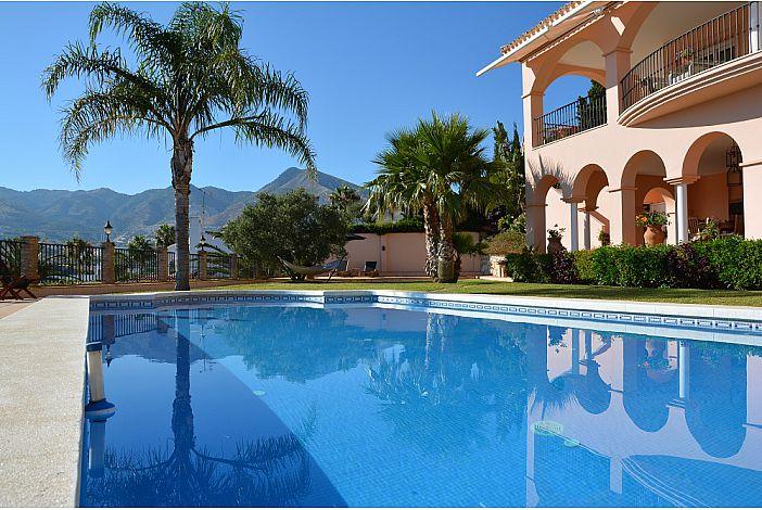 Private swimming-pool.