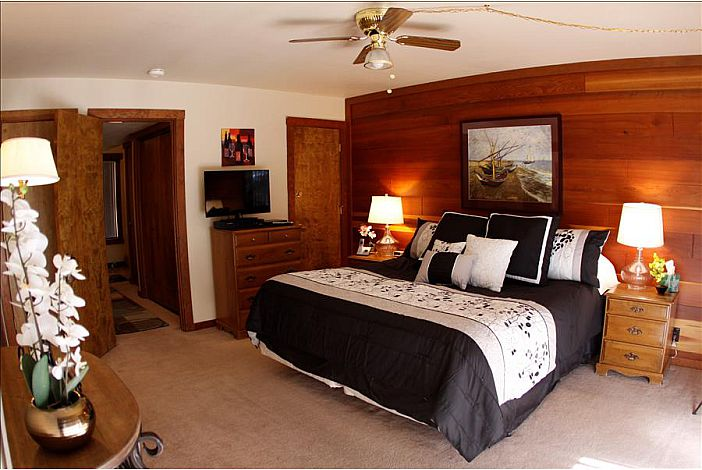 Master bedroom w/king size bed