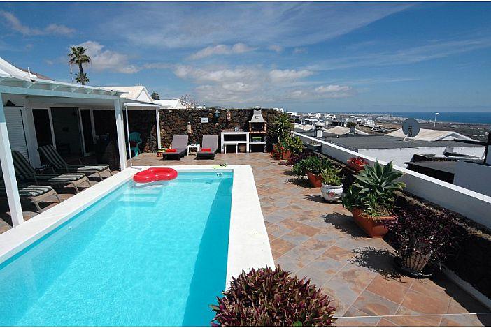 Lanzarote villa to rent with sea views