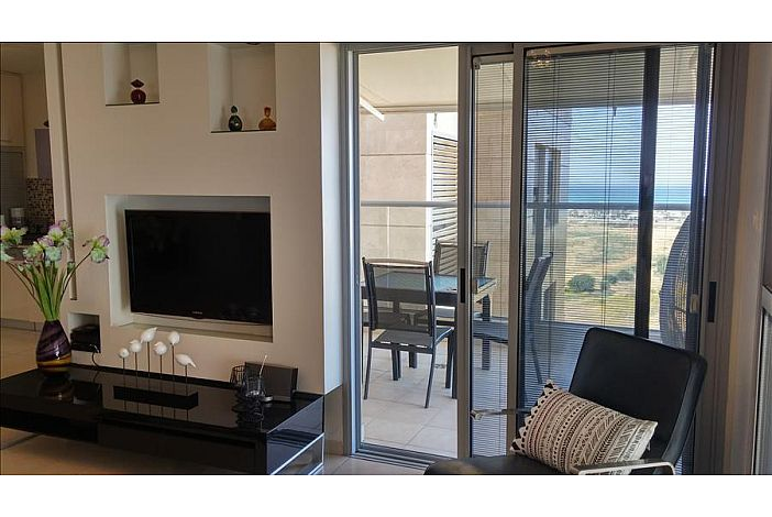 Relax inside or out with a view to the sea!