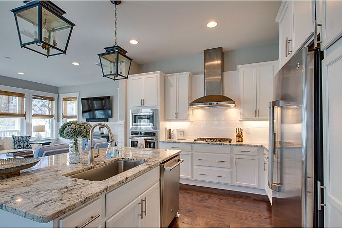Beautiful Fully Upgraded and Equipped Kitchen