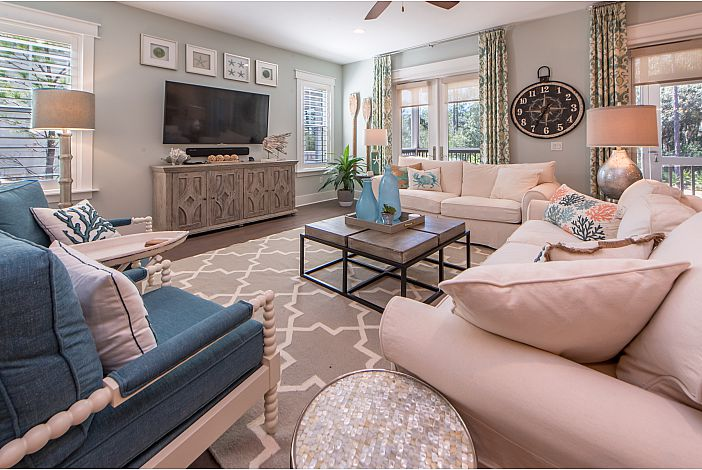 Spacious Livingroom with Seating for the Whole Fam