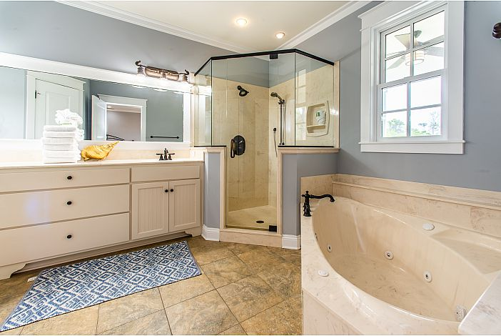 Walk-in shower and Jacuzzi Tub!!