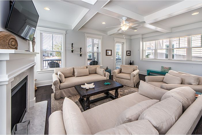 Spacious Livingroom with Space for the Whole Fam!