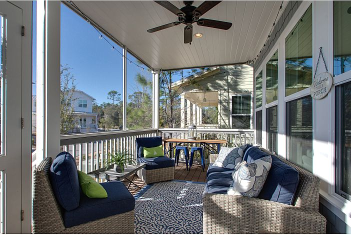 Screened in Front Porch with Plenty of Seating