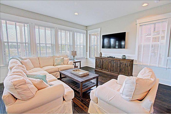 Spacious Living Room with Plush Furnishings!