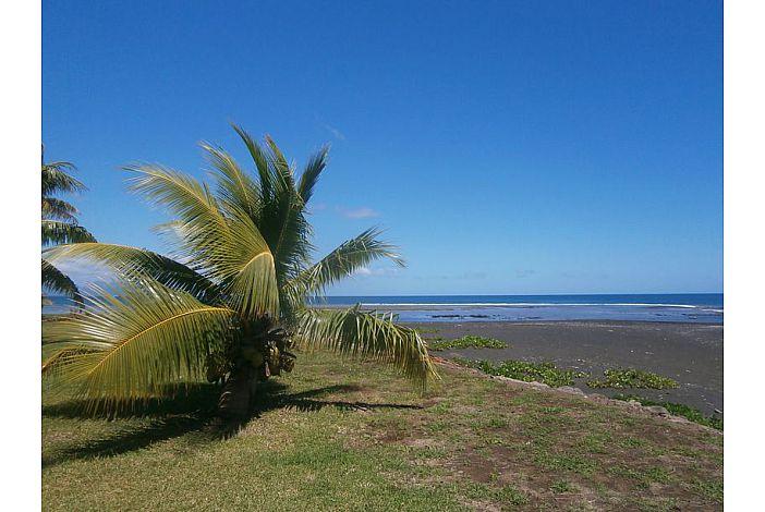 Fare Maoti - Black sand beach/Plage de sable noir