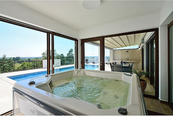 Indoor jacuzzi woth pool view