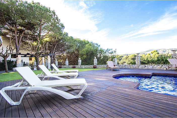 Lounge chairs and private pool