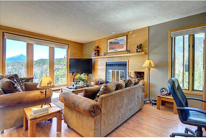 Spacious living room, queen sleeper sofa