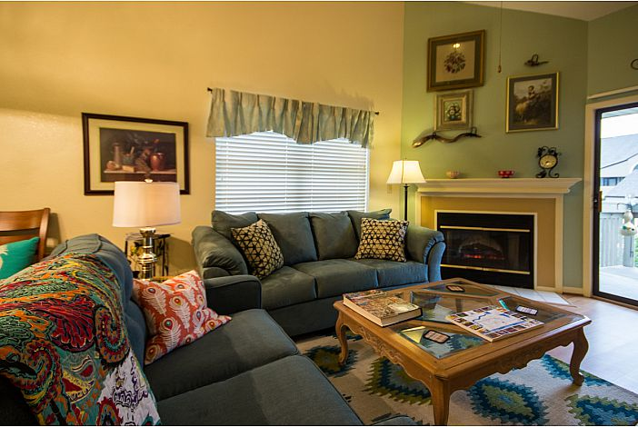Pointe Royale | Branson Condo | Living area